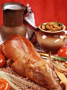 Обои Мясные продукты Молоко Томаты Картофель Гречка Свинина Кувшин Красном фоне