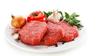 Обои Мясные продукты Лук репчатый Помидоры Чеснок Перец чёрный Белым фоном Тарелке Beef Еда