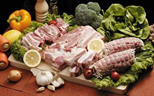 Фотографии Мясные продукты Перец Овощи Лук репчатый Томаты Чеснок Свинина Разделочной доске