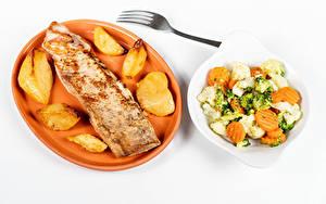 Фотография Мясные продукты Картофель Салаты Овощи Белом фоне Тарелка Пища