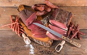 Обои Мясные продукты Колбаса Перец чёрный Нож Доски Разделочная доска Соль Нарезанные продукты