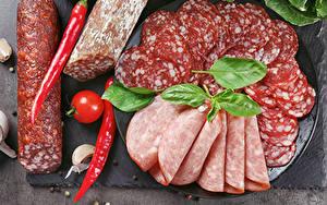 Фото Мясные продукты Колбаса Томаты Острый перец чили Нарезанные продукты Пища