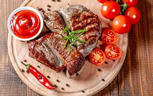 Обои для рабочего стола Мясные продукты Томаты Перец чёрный Острый перец чили Разделочной доске Кетчупом Пища