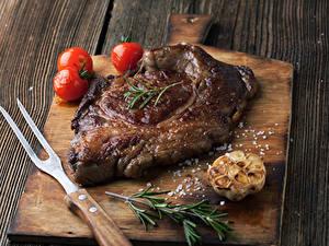 Картинка Мясные продукты Томаты Разделочная доска Соль