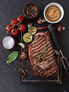 Фотография Мясные продукты Томаты Приправы Разделочная доска Соль Продукты питания