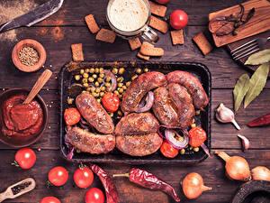 Фото Мясные продукты Сосиска Лук репчатый Помидоры Перец овощной Пиво Доски Кетчуп Пища