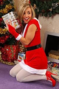 Фотография Melanie walsh Рождество Блондинки Смотрит Улыбается Униформе Ног девушка