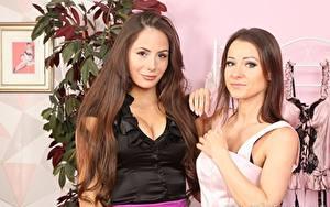Обои Мелисса Мендини Laura Hollyman 2 Шатенки Смотрит Рука девушка