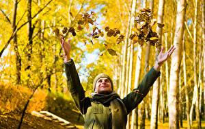 Фотография Мужчины Осенние Рука Листва Шарфе Боке Природа