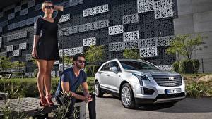 Фотографии Мужчины Cadillac Очков 2 Платье Сидит Серебристый Кроссовер Блондинка XT5, EU-spec, 2016 автомобиль Девушки