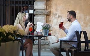 Фото Мужчины Кафе Вдвоем Блондинки Сидя Столы Девушки