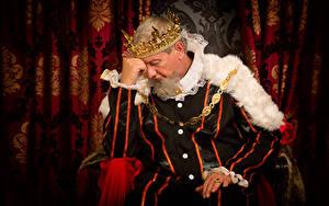 Фотографии Мужчины Корона Униформа Сидящие