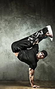 Фотография Мужчины Танцует Шапки Взгляд