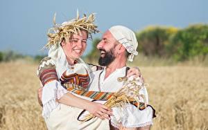 Фотографии Мужчины Поля Пшеница Двое Смех Радость Борода Венок Девушки