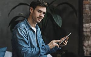 Картинка Мужчина Пальцы Смотрит Смартфон