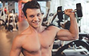Обои для рабочего стола Мужчины Фитнес Смотрит Улыбается Рука Гантеля Мускулы Боке спортивные