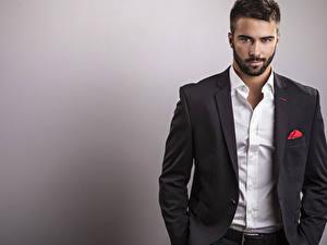 Картинки Мужчины Сером фоне Смотрит Рубашке Костюме Красивый Бородатый