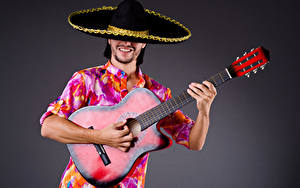 Картинка Мужчины Серый фон Гитара Шляпа Руки Музыка