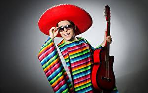 Фотография Мужчины Серый фон Шляпа Гитара Очки Улыбка