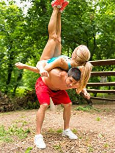 Картинки Мужчина Гимнастика Вдвоем Блондинка Тренировка Спорт Девушки