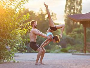 Фотографии Мужчины Гимнастика Вдвоем Физические упражнения Ноги Девушки Спорт