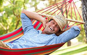 Картинки Мужчины Гамак Шляпа Счастье Улыбается