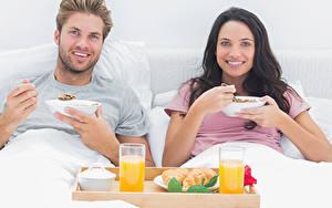 Фотографии Мужчины Сок Две Брюнетка Завтрак Стакан Улыбка Взгляд Девушки