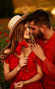 Фотография Мужчины Любовь Маки Любовники Двое Шляпе Руки Шатенки Свидание молодая женщина