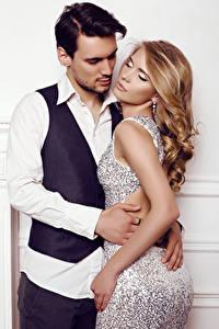 Картинка Мужчины Любовь 2 Блондинка Объятие Платье Девушки