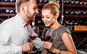 Фотографии Мужчины Любовь Вино Два Улыбка Бокал Смех молодые женщины