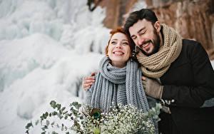 Картинка Мужчины Любовь Зимние 2 Счастье Шарф Объятие Девушки