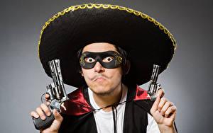 Картинка Мужчины Маски Пистолеты Серый фон Револьвер Шляпа Смотрит