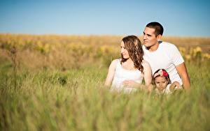 Фотография Мужчины Мама Траве Боке Девочка Сидящие Втроем Семья Дети