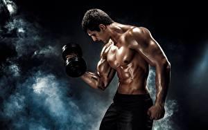 Картинка Мужчины Мускулы Гантели Тренируется Дым Красивый спортивные