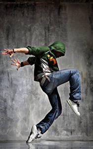 Фотографии Мужчина Негр Танцуют Руки Джинсы Ноги