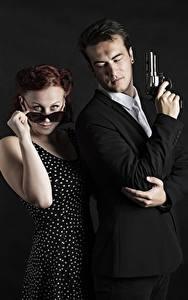 Картинка Мужчины Пистолеты 2 Классический костюм Револьвер Очки Руки Смотрит Девушки