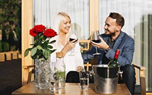 Обои Мужчины Розы Вино Две Блондинка Улыбка Бокал Свидание Девушки