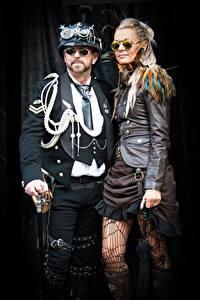 Фото Мужчины Паропанк Женщина На черном фоне Два Блондинка Очки Косплей Goths
