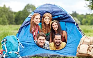 Обои Мужчины Туризм Путешественник Палатка Рюкзак Смотрят Улыбка молодая женщина