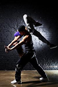Фото Мужчины 2 Танцы Шатенки Ноги Девушки