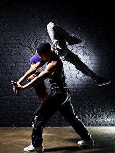 Фото Мужчины 2 Танцы Шатенки Ноги девушка