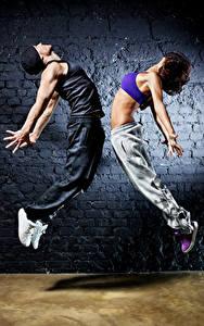 Фотографии Мужчины Вдвоем Танцует Руки Шатенка Прыжок Девушки