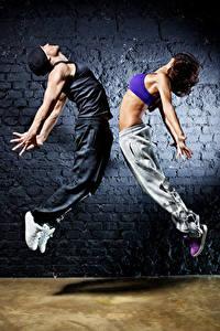Фотографии Мужчины Вдвоем Танцует Рука Шатенки Прыжок Девушки