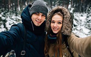 Картинки Мужчины Зимние 2 Улыбка Шапки Смотрит Девушки