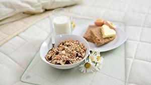 Обои для рабочего стола Молоко Хлеб Мюсли Ромашки Завтрак Стакан Тарелке Масло Сердечко Пища
