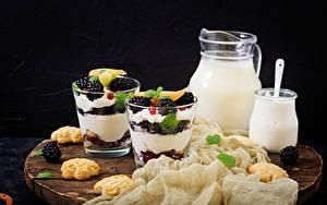 Картинка Молоко Десерт Печенье Ежевика Разделочной доске Кувшины Стакане Сливками Пища