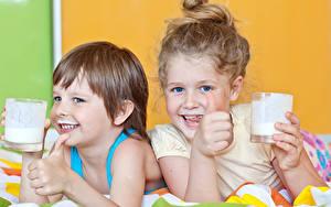 Картинка Молоко Пальцы Вдвоем Девочка Мальчишка Стакана Улыбка ребёнок