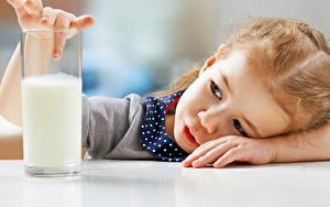 Картинки Молоко Девочки Стакана ребёнок