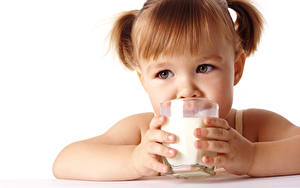 Картинка Молоко Девочка Шатенка Стакана Руки Белый фон Смотрят Дети