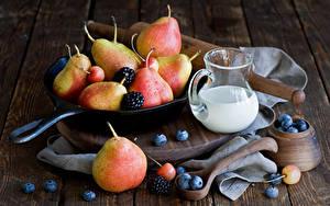 Картинки Молоко Груши Черника Ежевика Доски Кувшины Сковородка Продукты питания